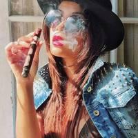 Női szivarozáshoz jól mutat a kalap