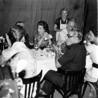 Aristotle Onassis Portofinóban szivarozik egy partyn