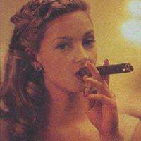 Ashley Judd szivarozik és cigarettázik
