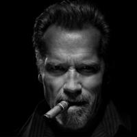 Arnold Schwarzenegger nagyon tud és nagyon is szeret szívarozni