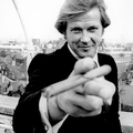Roger Moore - Elegáns Szivarozás