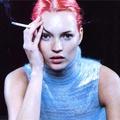 Kate Moss egy kicsit Dohányozgat