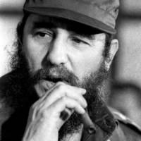 Fidel Castro Szivarozik és Figyel