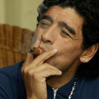 Diego Maradona a szivarozó futbal sztár