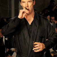 Benedict Cumberbatch még egy divatbemutatón is szivarozik