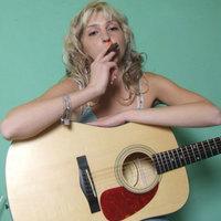 Katalin gitározik és szivarozik