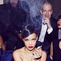 Rihanna Nem Szégyeli Magát - és Szivarozik