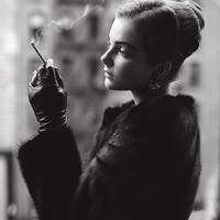 Mihalik Enikő dohányzik