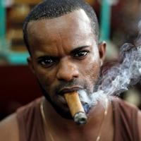 Egy Fidel névre hallgató munkás megmutatja, hogyan sodor össze öt különféle dohánylevélfajtából egy szál Cohibát