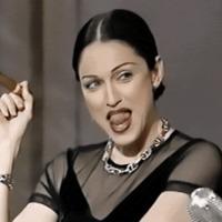 Madonna nyalogatja a szája szélét