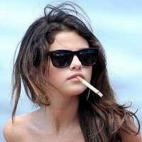 Selena Gomez dohányzik és kék bikiniben pózol