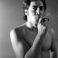 Javier Bardem dohányzik