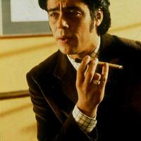 Benicio del Toro szivarozik