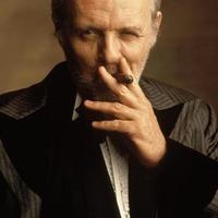 Sir Anthony Hopkins szert füstölögni