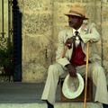 Kuba, nyaralás, fényképezés, szivarozó férfiak