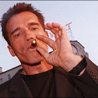 Arnold Schwarzenegger a szivarozó világsztár