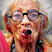 Szivarozó kubai nő