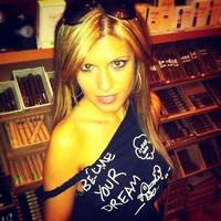 Egy Csinos Szivar Hosztessz a New Yorki Cigar INN-ből