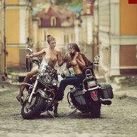 Szivarozó motoros lányok