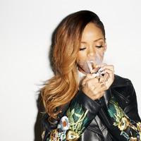 Rihanna szivarozik ezen a szexy fotósorozaton