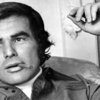 Burt Reynolds szivarozik