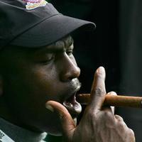Michael Jordan golfozás közben is szivarozik