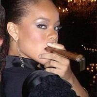 Rihanna a szivarozó világsztár