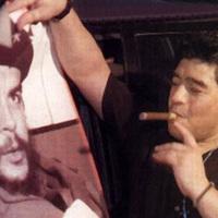 Diego Maradona szivarozik