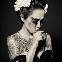 Tetovált Lányok Füstölgő Dohányrudakkal