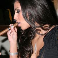 Kim Kardashian szivarra harap