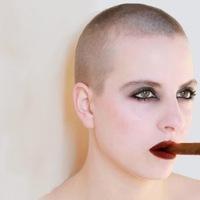 Kopasz nők szivaroznak, akiknek nincs haj a fejükön...