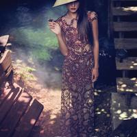 Kailey Hsu Szivarral Füstöl