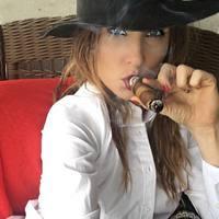 A nők imádnak kalapban dohányozni
