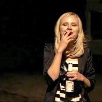 Malin Akerman szivarozik és dohányzik