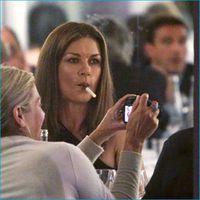 Catherine Zeta Jones dohányzik