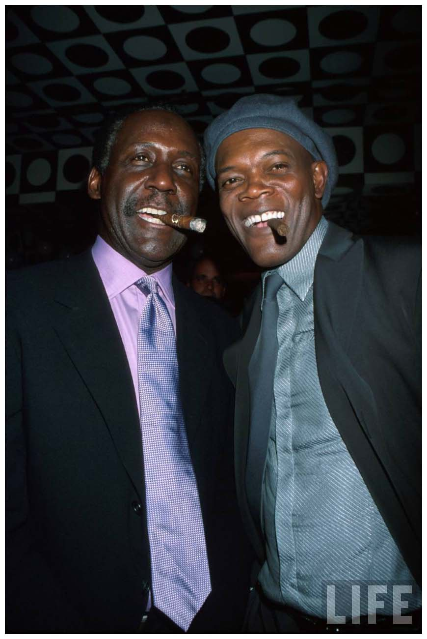 actors-richard-roundtree-and-samuel-l-jackson-both-smoking-cigars-at-film-premiere-of-their-22shaft-22-2000-dave-allocca.jpeg