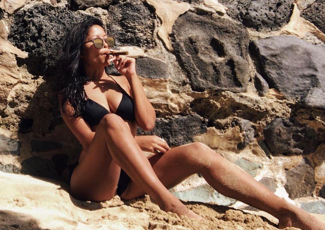 bikini_party_szivarral_a_tengerparton_1.jpg