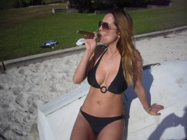 bikini_party_szivarral_a_tengerparton_2.jpg