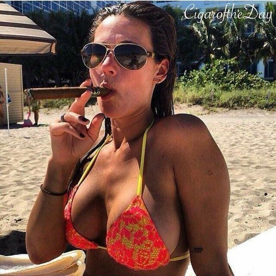 bikini_party_szivarral_a_tengerparton_6.jpg