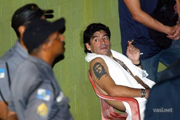 futbalsztarok_diego_maradona_szivarozik_cigar_2.jpg