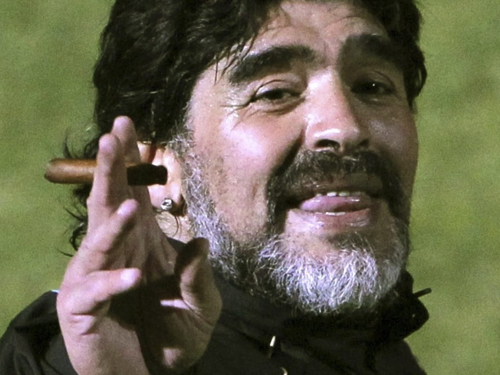 futbalsztarok_diego_maradona_szivarozik_cigar_3.jpg