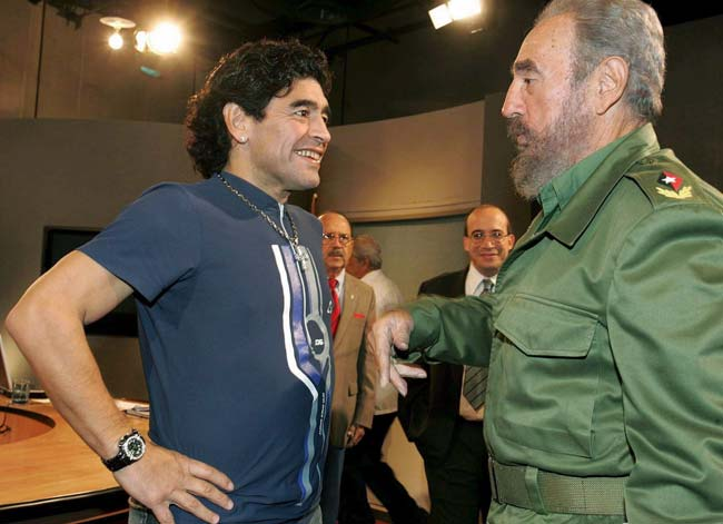 futbalsztarok_diego_maradona_szivarozik_cigar_5.jpg