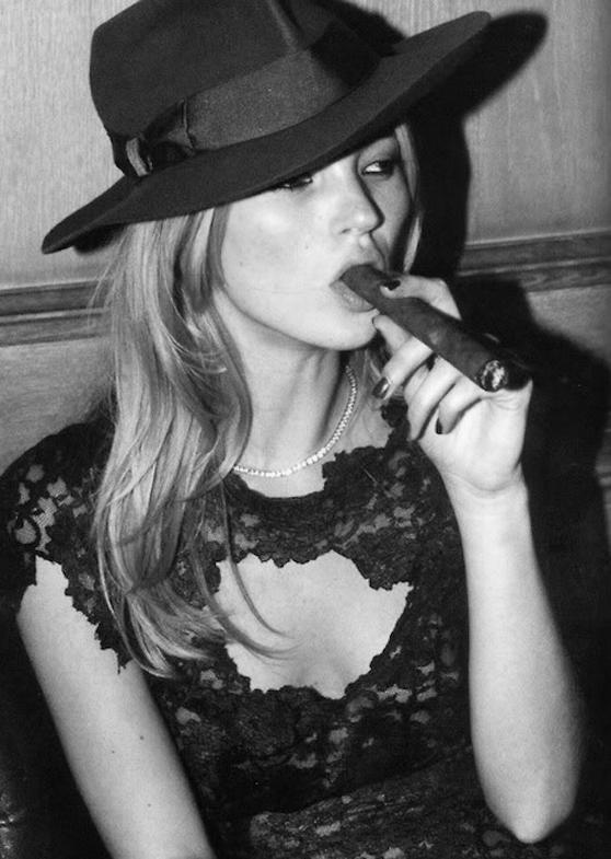 kate_moss_cigar_smoke_cigarmonkeys.png