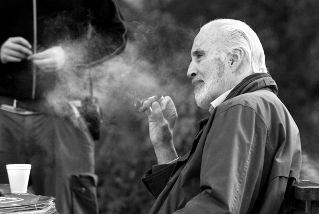 sir_christopher_lee_smoking_szivarozo_vilagsztarok_szivarozo_hires_szineszek_4.jpg