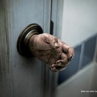 Retkes kezekkel rettentenek el