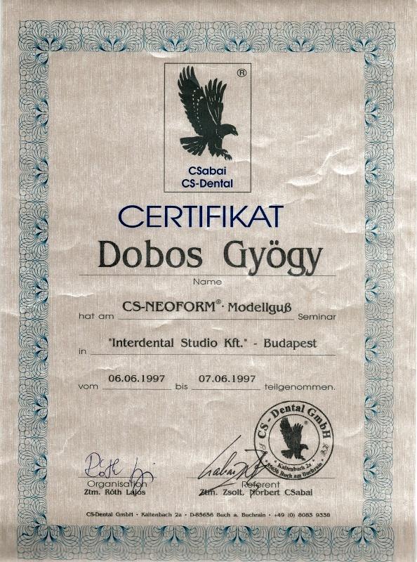 """10. kép: Egy, Csabai Zsolt által 1997-ben aláírt dokumentum képe (<a href='http://victorydental.hu/wp-content/uploads/2019/05/certifikatok06.jpg'>forrás</a>). A neve alatt szereplő """"Ztm."""" a """"Zahntechnikermeister"""", azaz fogtechnikus mester rövidítése. A dokumentum néhány nappal későbbi, mint a Csabai Zsolt állítólagos """"orvosi"""" diplomáján feltüntetett dátum."""