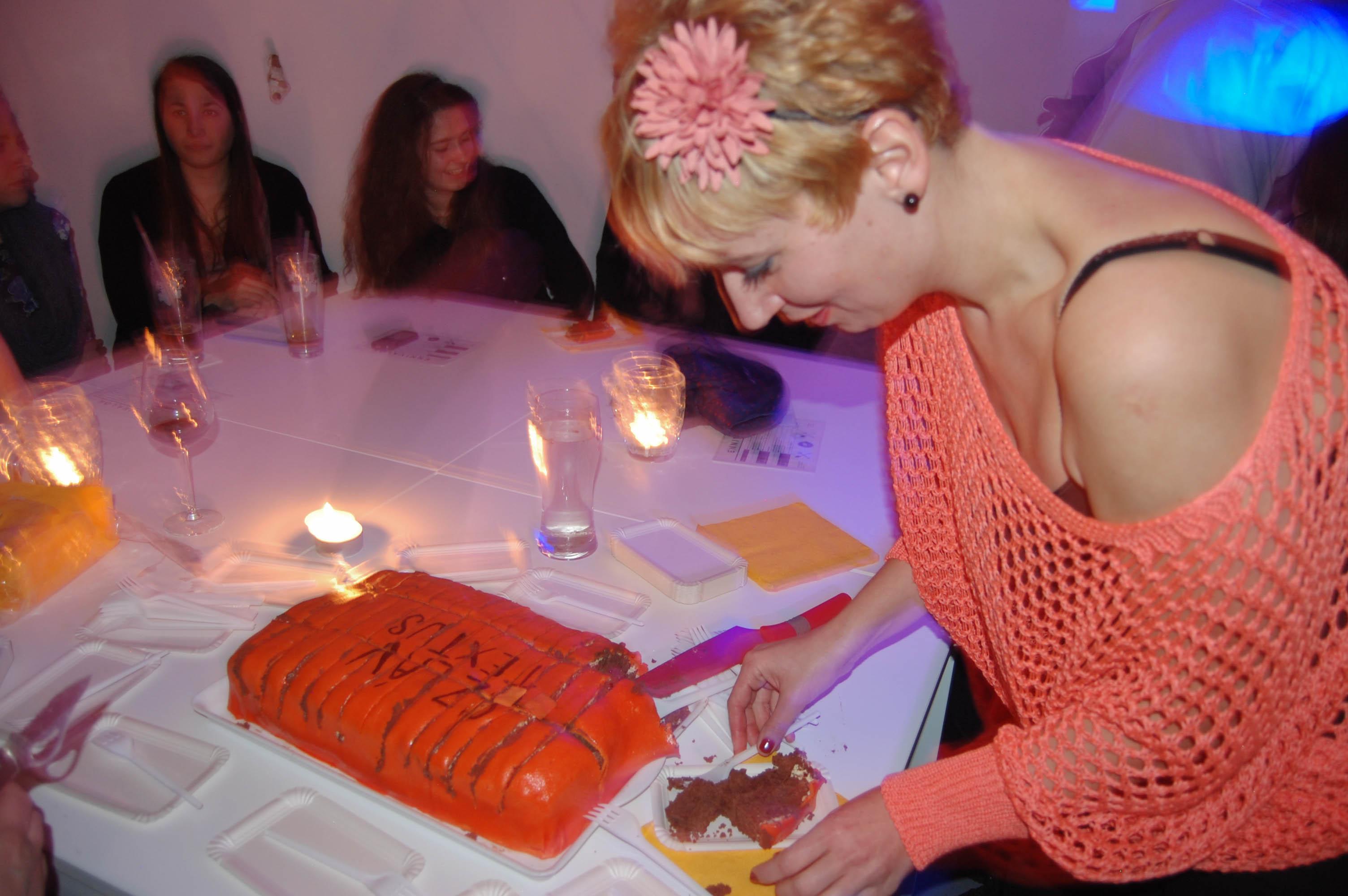Főszerkesztőnk felvágja a tortát