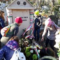 Szabó Magda sírjánál jártak a negyedikesek