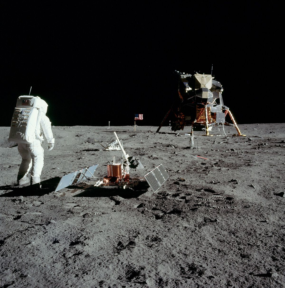 szmk_first_man_neil_armstrong_hold_moon_elso_ember_2.jpg