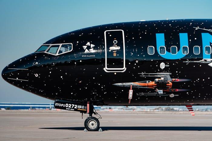 szmk_star_wars_csillagok_haboruja_skywalker_kora_rise_of_the_force_united_airlines_boeing_repulo_kylo_ren_rey_bb8_elso_rend_ellenallas_galaxis_1.jpg
